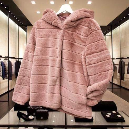Pelliccia con cappuccio rosa
