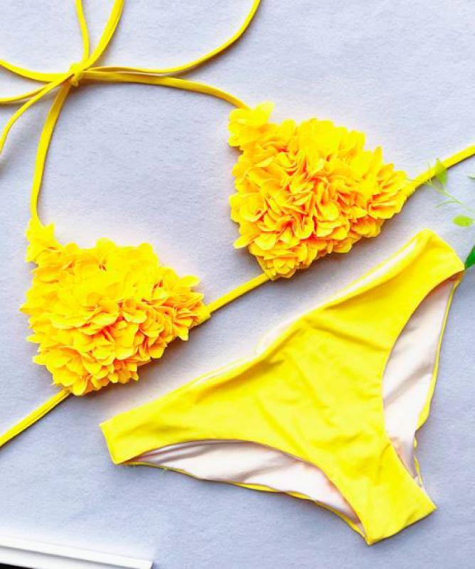 Bikini con decorazione petali sul reggiseno